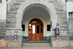 Petite fille avec sa mère dans les robes avec la sucrerie Image stock