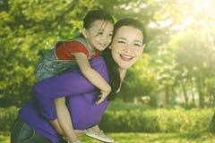 Petite fille avec sa mère en parc Image libre de droits
