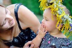 Petite fille avec sa mère sur un pique-nique Image libre de droits