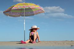 petite fille avec se reposer sous le parasol sur la plage photo stock image du adorable. Black Bedroom Furniture Sets. Home Design Ideas
