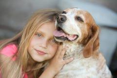 Enfant avec le chien Photographie stock