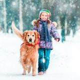 Petite fille avec son chien Images stock