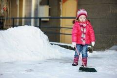 Petite fille avec un balai Image stock