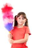 Petite fille avec un balai pour nettoyer la poussière photo stock