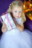 Petite fille avec un cadeau dans des mains Images libres de droits