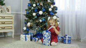 Petite fille avec un cadeau de nouvelle année Photographie stock