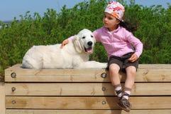 Petite fille avec un chien d'arrêt d'or Photos libres de droits