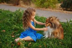 Petite fille avec un chien Sheltie Image libre de droits