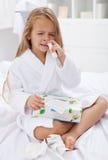 Petite fille avec un mauvais cas de la grippe Images stock