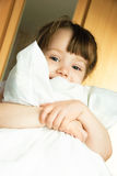 Petite fille avec un oreiller Photo stock