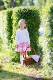 Petite fille avec un panier de pain photo libre de droits