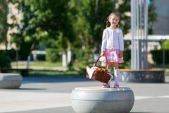 Petite fille avec un panier de pain photographie stock