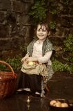 Petite fille avec un panier des pommes Photos stock