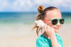 Petite fille avec un seashell photographie stock libre de droits