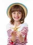 Petite fille avec une étoile de mer Image libre de droits
