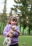 Petite fille avec une chèvre photo libre de droits