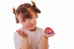 Petite fille avec une clé et une maison dans des ses mains Photo stock