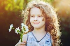 Petite fille avec une fleur dans sa main Concept de jour de mères Photos libres de droits