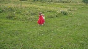 Petite fille avec une poussette banque de vidéos