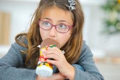 Petite fille avide mangeant du chocolat photos stock
