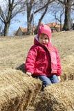 Petite fille sur la pile de foin Images libres de droits