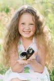 Petite fille ayant l'amusement jouant avec le canard ou le poulet images stock