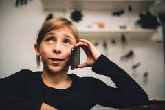 Petite fille ayant un appel téléphonique photos libres de droits
