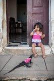 Petite fille ayant un iguane comme animal familier photos libres de droits