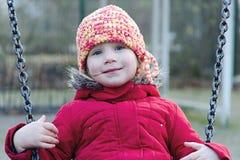 Petite fille balançant sur l'oscillation Image libre de droits