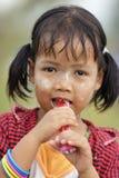 Petite fille birmanne mangeant la sucrerie Images stock