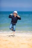 Petite fille blonde à la plage de sable Photo libre de droits