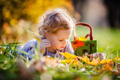 Petite fille blonde adorable Photographie stock libre de droits