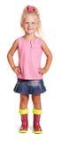 Petite fille blonde adorable dans le chemisier, jupe, bottes en caoutchouc d'isolement images libres de droits