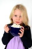 Petite fille blonde avec du cacao chaud Image libre de droits