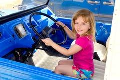 Petite fille blonde conduisant dans le convertible Photographie stock libre de droits