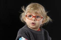 Petite fille blonde d'enfant en bas âge faisant un dessin Image stock