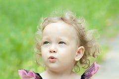 Petite fille blonde dehors images libres de droits