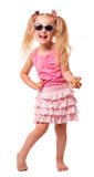 Petite fille blonde en verres de soleil, ses étoiles de mer de main d'isolement Photographie stock