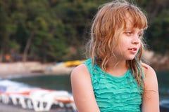 Petite fille blonde fatiguée sur la plage Images libres de droits