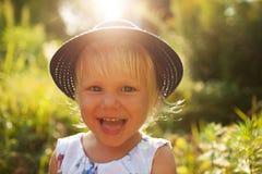 Petite fille blonde gaie mignonne Images stock