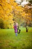 Petite fille blonde le beau jour d'automne Image libre de droits