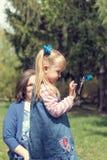 Petite fille blonde mignonne avec deux queues de cheval prenant le selfie dans Photo libre de droits