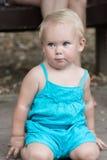 Petite fille blonde se mettant à genoux au sol Images stock