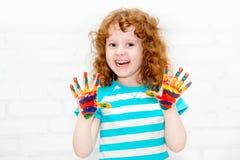 Petite fille bouclée heureuse. photographie stock libre de droits