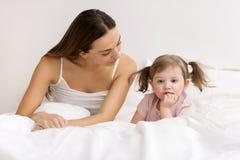 Petite fille boudant avec sa mère Photo libre de droits