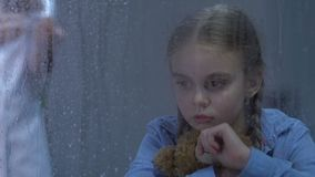Petite fille bouleversée pleurant et étreignant l'ours de nounours, infirmière préparant l'injection, traitement banque de vidéos