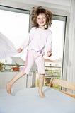 Petite fille branchant sur un bâti Photographie stock