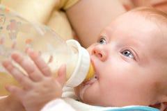 Petite fille buvant de la bouteille en plastique Photo stock