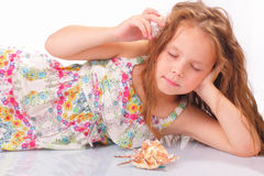 Petite fille calme avec le coquillage et les étoiles de mer Images stock