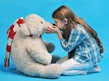 Petite fille caucasienne avec un ours blanc Photo stock